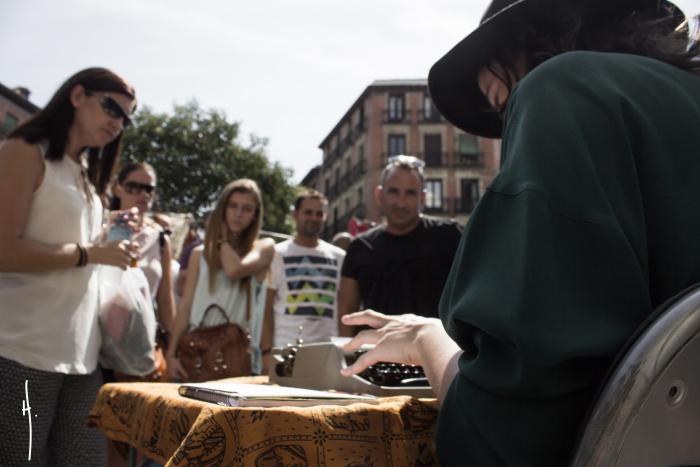 Tania Panés escribiendo en la calle