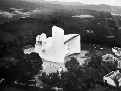 Capilla de Notre Dame du Haut. Le Corbusier. Vista aérea de la colina