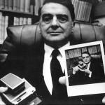Edwin h. Land, su creador, con la Polaroid SX-70 en mano