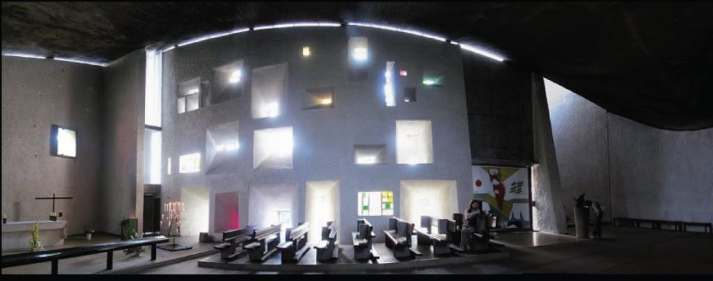Interior de la capilla de Notre Dame du Haut. luminosidad